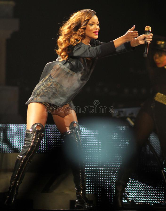 Rihanna presteert in overleg stock foto's