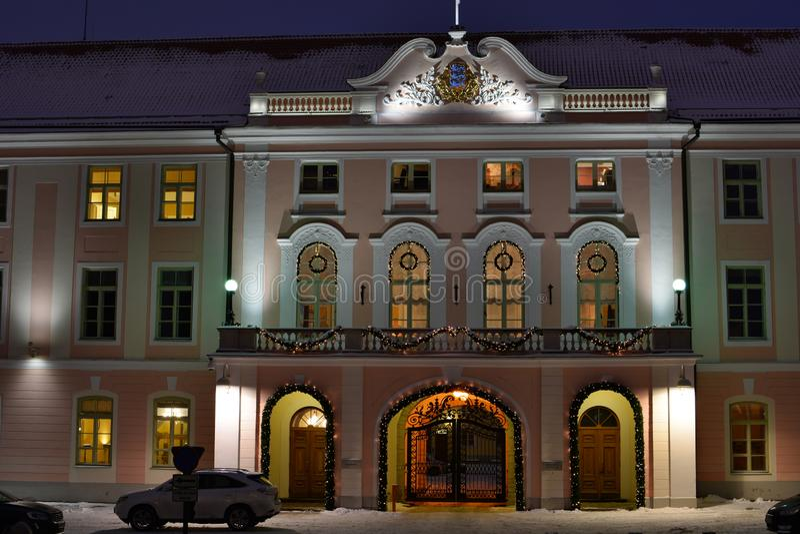 Riigikogu parlamentbyggnaden, på natten rockera toompeaen tallinn estonia royaltyfria bilder