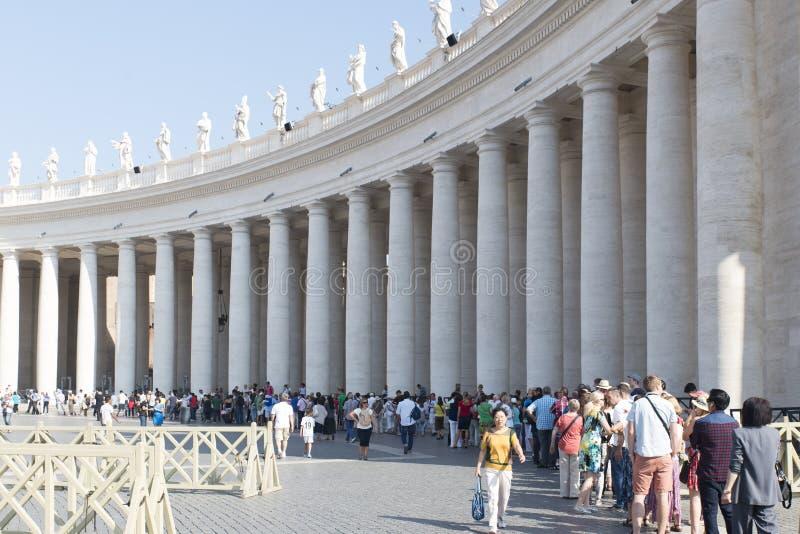 Rij om St Peter Basiliek, Vatikaan in te gaan stock foto's