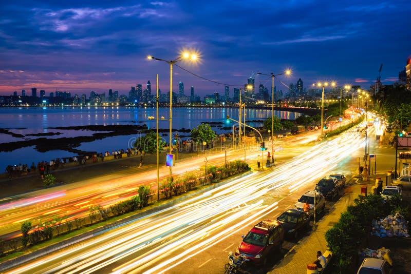 Rij 's nachts met lichte trails voor auto's Mumbai, Maharashtra, India royalty-vrije stock afbeelding