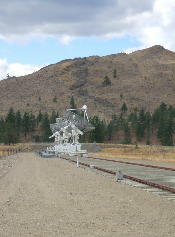 Rij van antennes met achtergrond van heuvels en hemel bij het Heerschappij Radio Astrofysische Waarnemingscentrum stock fotografie