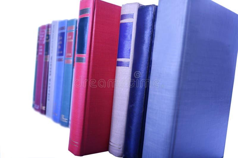 Rij van boeken die in rij worden opgesteld stock foto