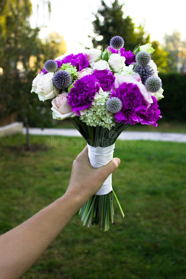 Rij van bruidsmeisjes die boeketten houden bij huwelijk Ñ † Ð?Ñ€Ð?Ð ¼ Ð ¾ Ð ½ иР¹ royalty-vrije stock foto