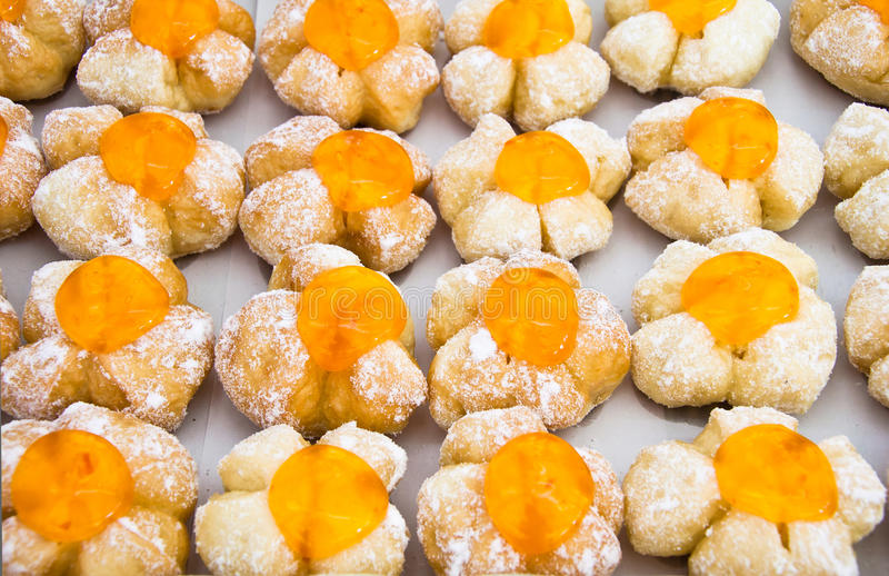 Rij van buitensporig brood met oranje geleioppervlakte royalty-vrije stock afbeeldingen