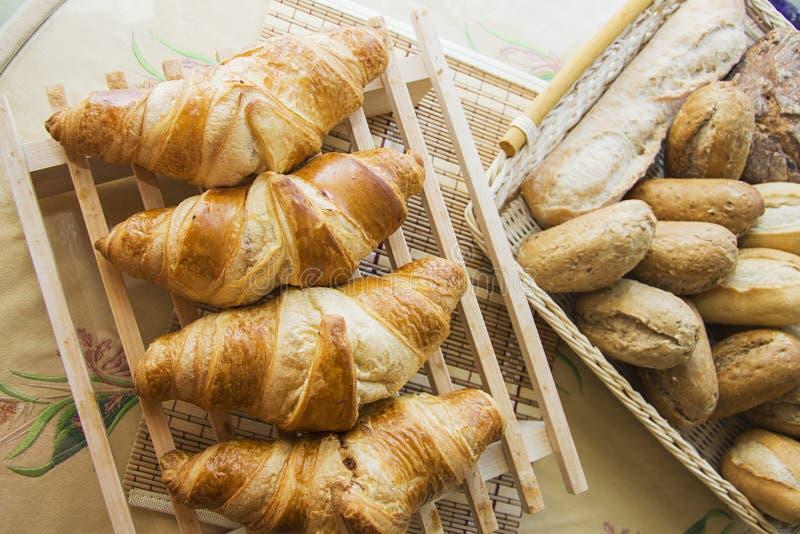 Rij van Croissants en broodjes royalty-vrije stock afbeeldingen