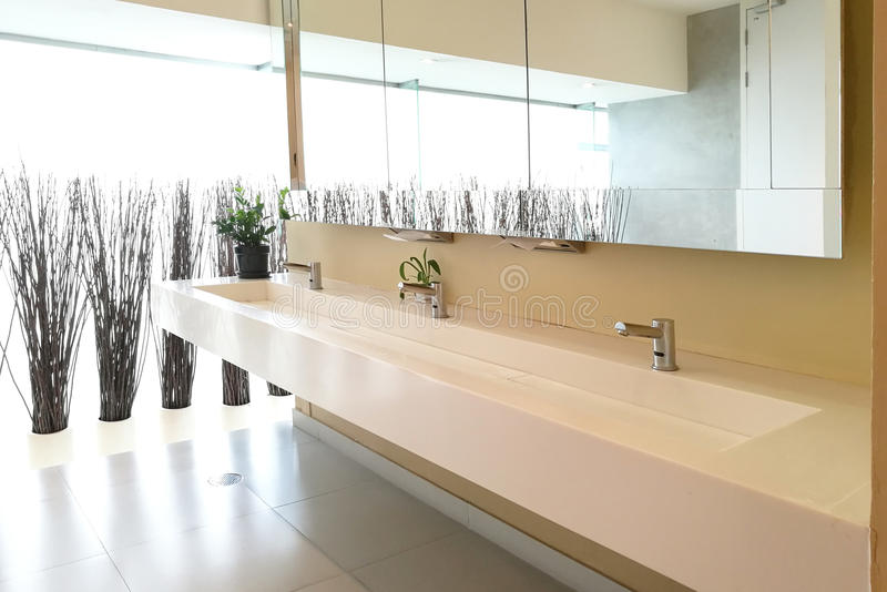 Rij van de gootstenen van de handwas in modern openbaar toilet royalty-vrije stock foto's