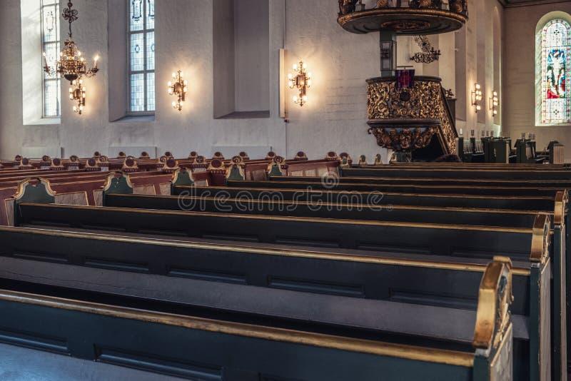 Rij van de Houten bank van de kerkbank met lantaarndecoratie bij Christelijke kerk royalty-vrije stock afbeeldingen