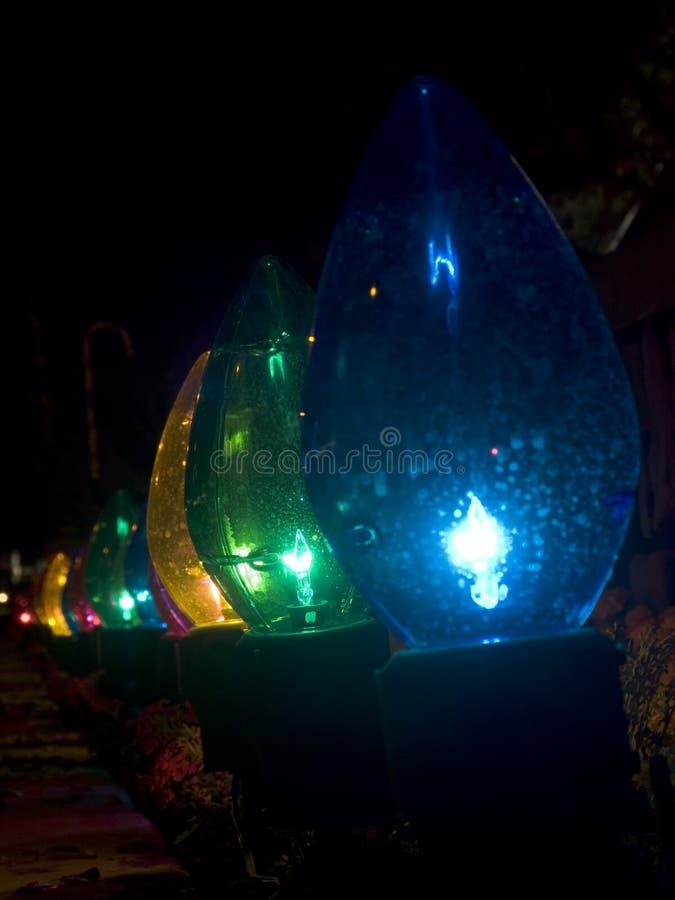 Rij van de overmaatse openluchtlichten van Kerstmis stock afbeelding