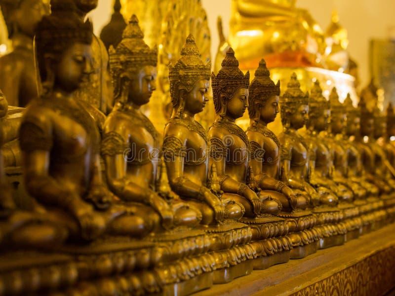 Rij van de Standbeelden van Boedha bij Boeddhistische Tempel royalty-vrije stock foto's