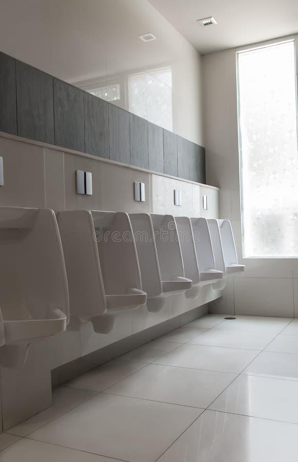 Rij van de witte toiletten of het toilet van urinoirs ceramische ` s mensen openbare royalty-vrije stock foto