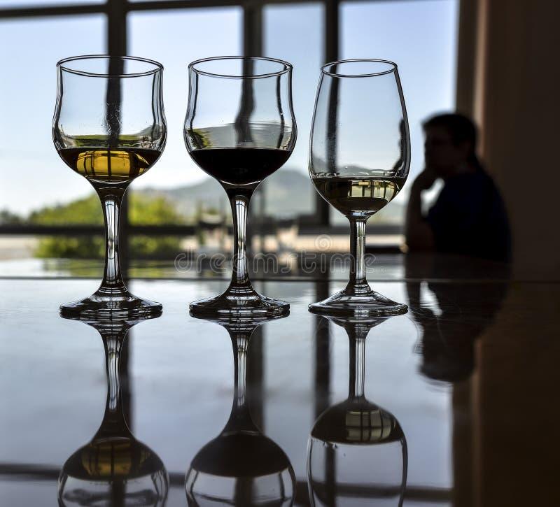 Rij van drie verschillende die wijnen voor het proeven worden geplaatst royalty-vrije stock foto's