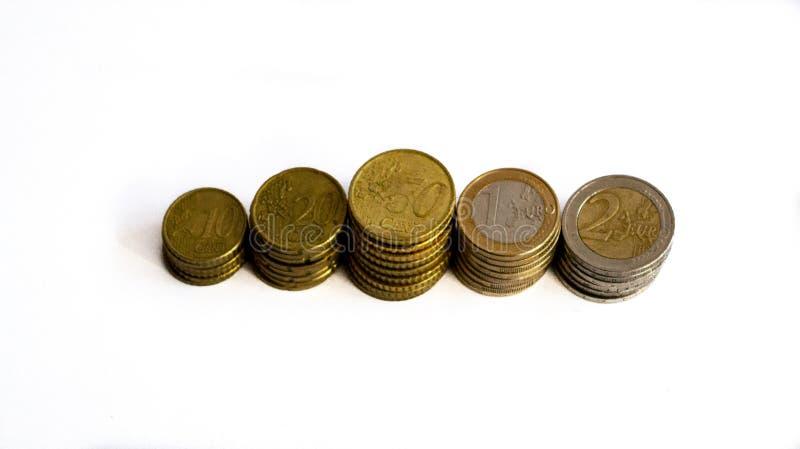 Rij van euro muntstukken van verschillende waarden stock foto