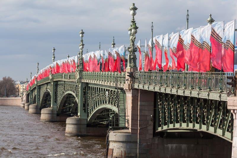 Rij van feestelijke vlaggen royalty-vrije stock foto's