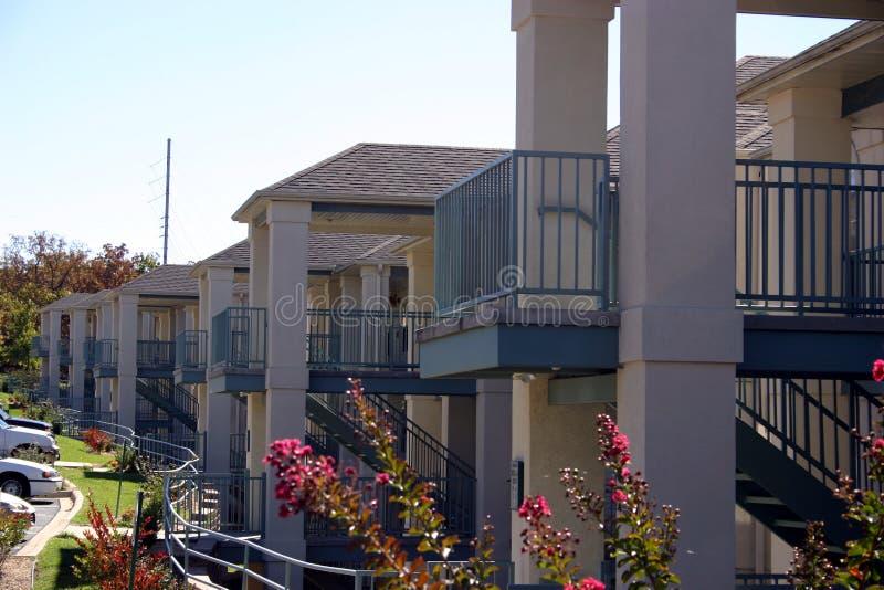 Download Rij Van Flatgebouwen Met Koopflats Stock Afbeelding - Afbeelding bestaande uit stootkussen, condo: 34581