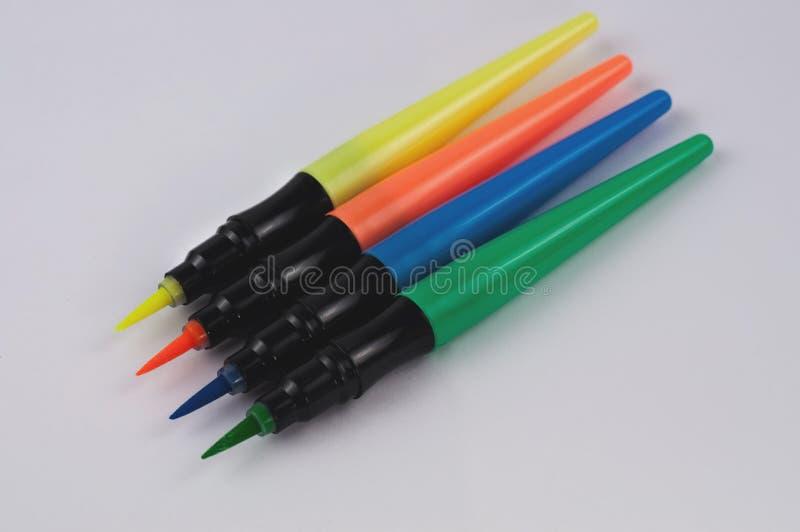 Rij van gekleurde tellersborstels op Witboek Het concept van het onderwijs stock foto's