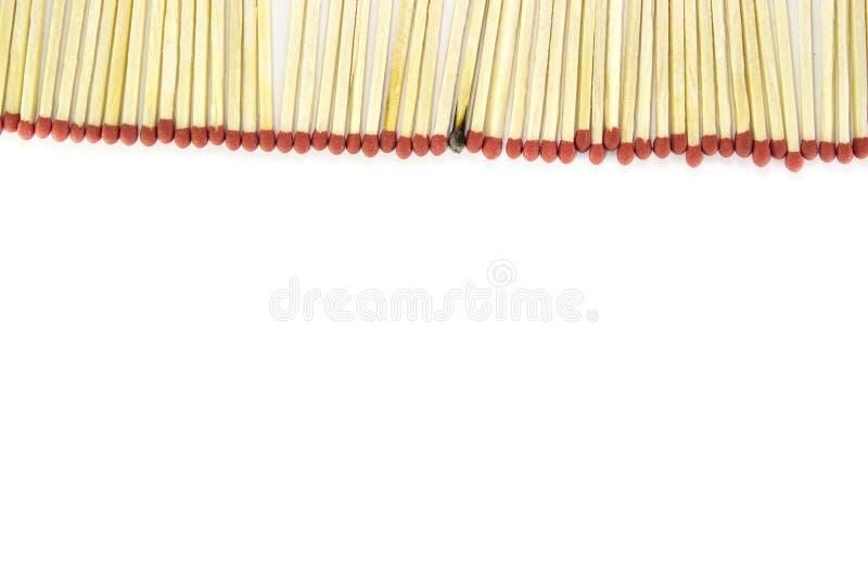 Rij van gelijken met één gebrande gelijke op witte achtergrond royalty-vrije stock afbeelding