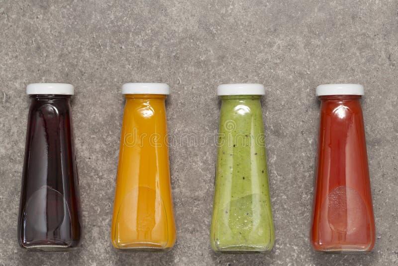 Rij van gezond vers fruit en plantaardige smoothies, hoogste mening Het gezonde, schone eten, veganist, vegetariër, detox, het op royalty-vrije stock foto
