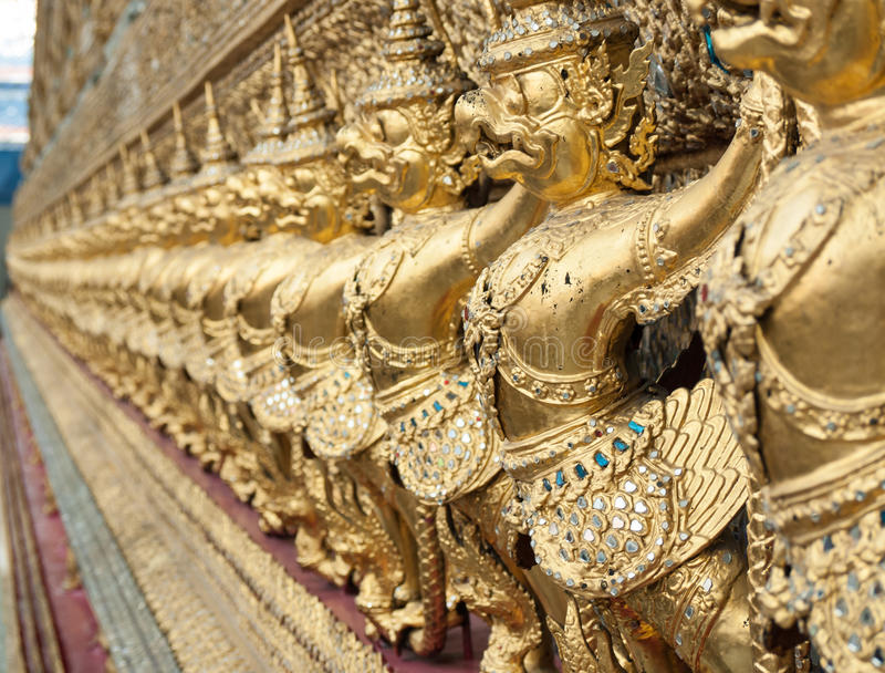 Rij van gouden garudastandbeelden in tempel, Bangkok, Thailand royalty-vrije stock afbeelding