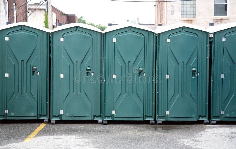 Rij van Groene Draagbare Toiletten royalty-vrije stock afbeelding