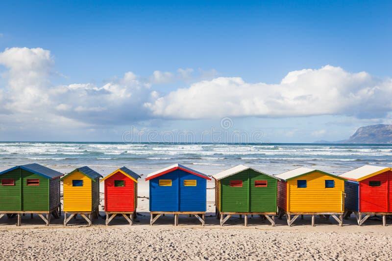 Rij van helder gekleurde hutten in Muizenberg-strand Muizenberg stock afbeeldingen