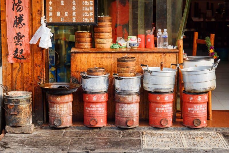 Rij van het koken van potten en Dim Sum-manden buiten restaurant stock fotografie