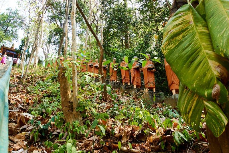 Rij van het oranje standbeeld van Boedha, Sambok-Pagode royalty-vrije stock foto's
