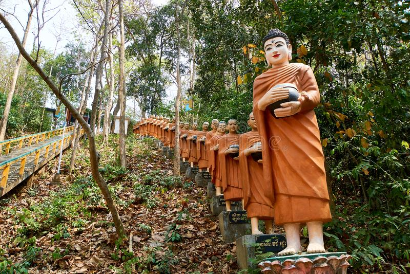 Rij van het oranje standbeeld van Boedha, Sambok-Pagode stock afbeelding