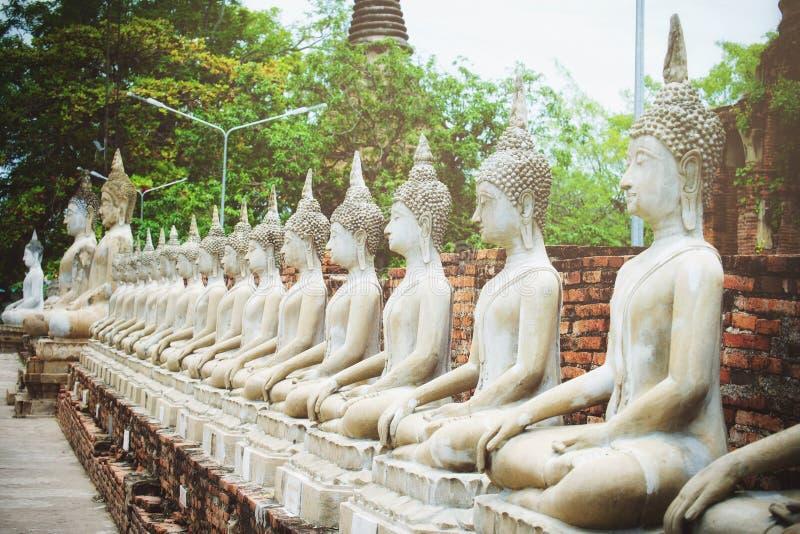 Rij van het witte standbeeld van cementboedha met zonlicht in Wat Yai Chai Mongkol, Si Ayutthaya, Thailand van Phra Nakhon Mooi v stock afbeeldingen