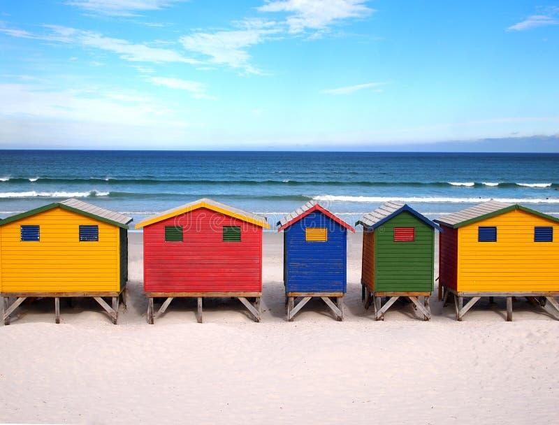 Rij van houten helder gekleurde hutten royalty-vrije stock fotografie