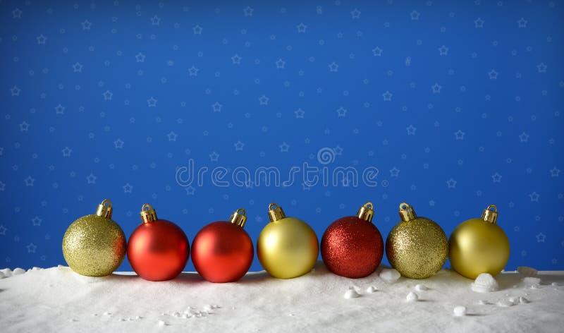 Rij van Kerstmisballen op de sneeuw met blauwe hemelachtergrond royalty-vrije stock foto