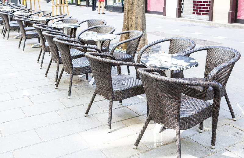 Rij van kleine lijsten met stoelen in open koffie royalty-vrije stock fotografie