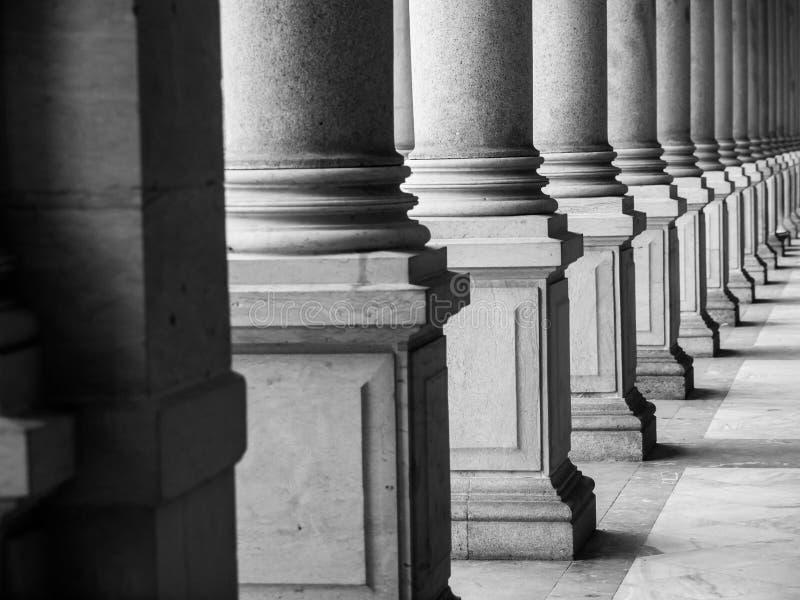 Rij van kolommen in zwart-wit royalty-vrije stock foto