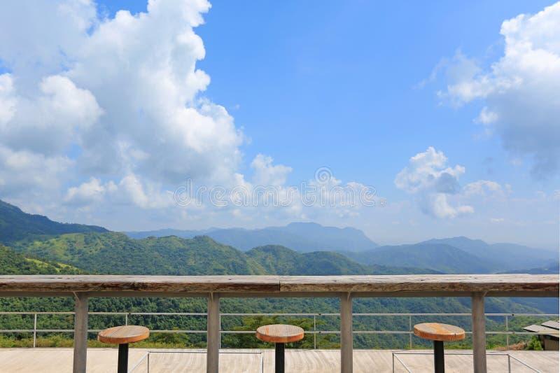 Rij van krukken bij landschapsgezichtspunt van terras bij zonnige dag met wolk en blauwe hemel stock afbeeldingen