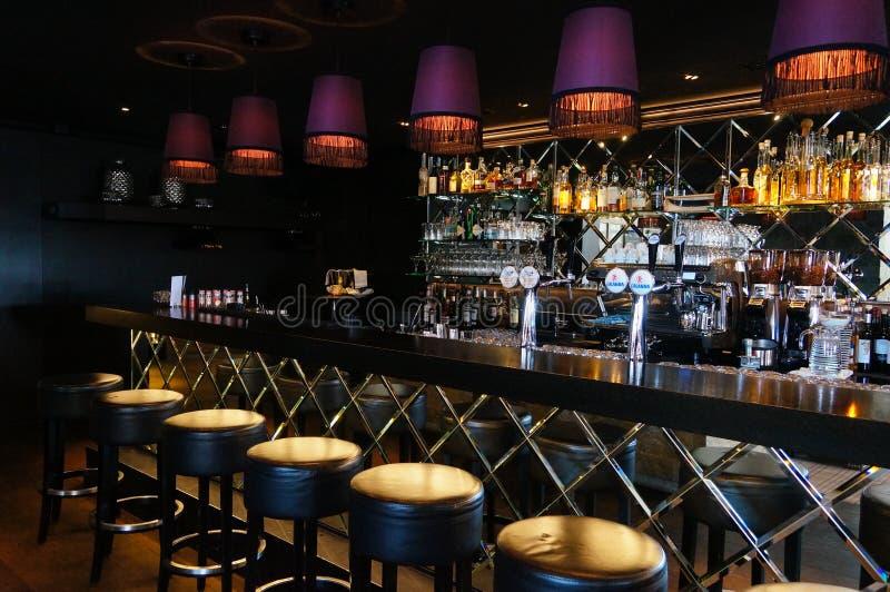 Rij van krukken en barteller in leeg comfortabel restaurant stock foto