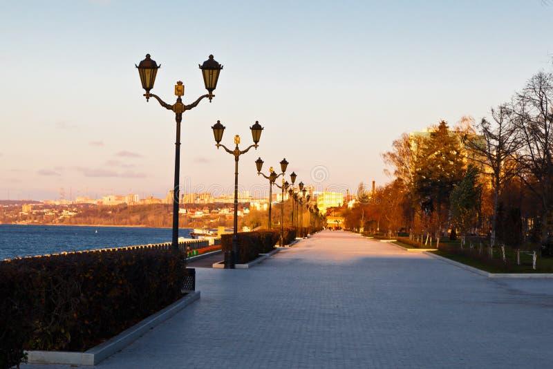 Rij van Lantaarnpalen op Volga Rivier in Samara, Rusland royalty-vrije stock afbeeldingen