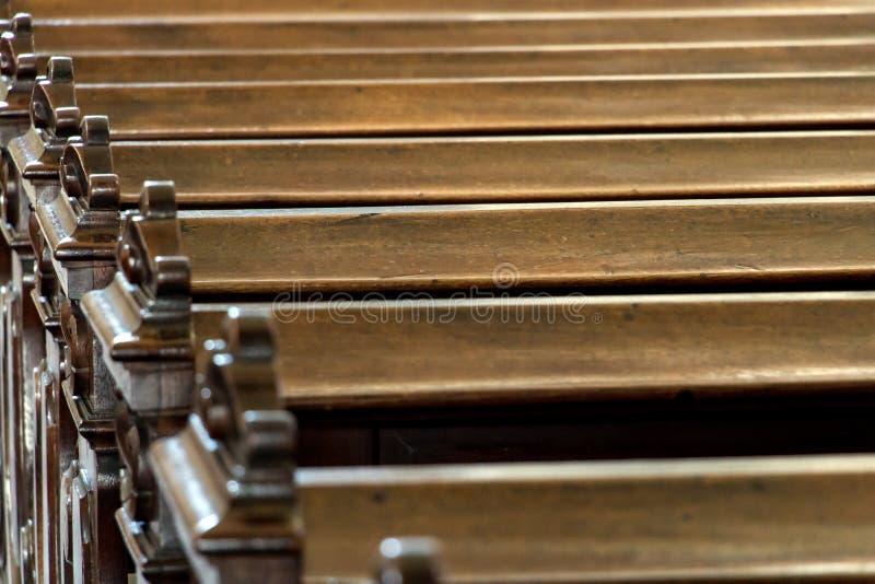 Rij van lege banken in de kerk royalty-vrije stock afbeelding