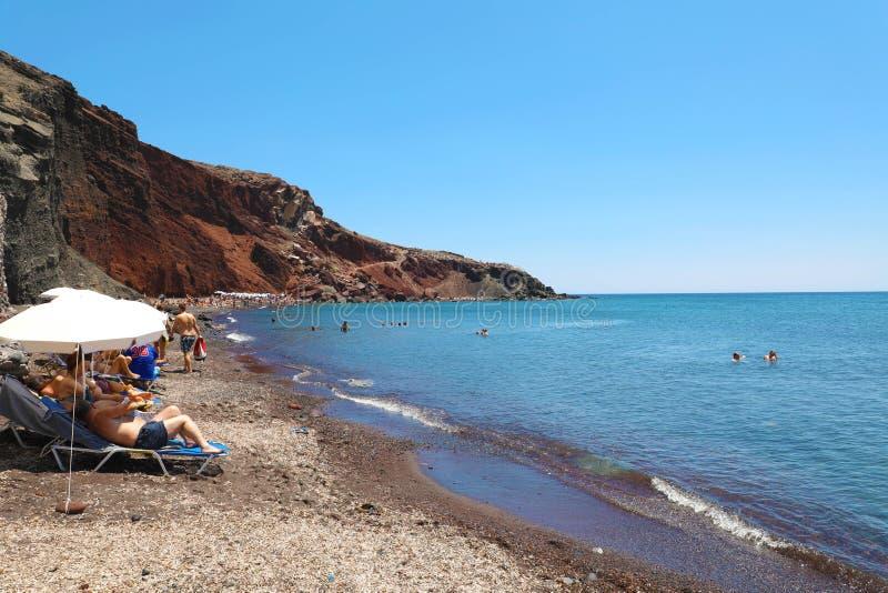 Rij van ligstoelen en paraplu's in het Rode strand, Santorini, Gr. stock foto's