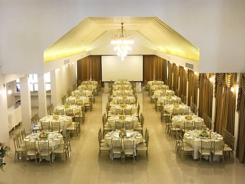 Rij van lijst en stoel in de ceremonie van de huwelijkspartij of partij royalty-vrije stock foto