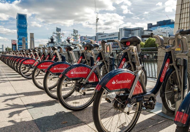 Rij van Londen bicyles in een rek royalty-vrije stock foto's