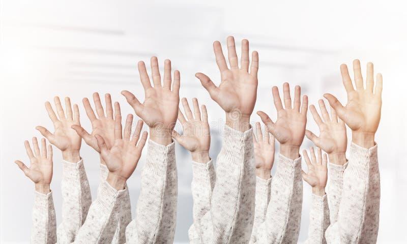 Rij van mensenhanden die vijf uitgespreide vingers tonen royalty-vrije stock afbeeldingen