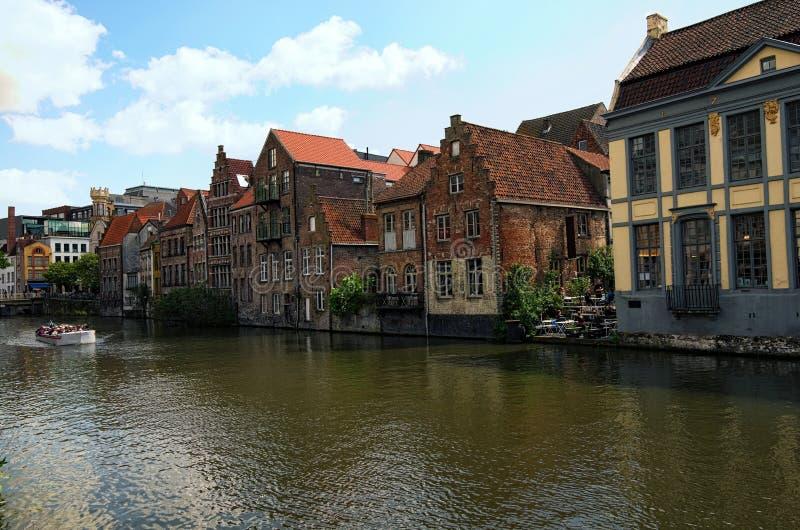 Rij van middeleeuwse gekleurde gebouwen langs Lys River het Nederlands: Het landschapsfoto van de Leielente Selectieve nadruk met royalty-vrije stock afbeeldingen