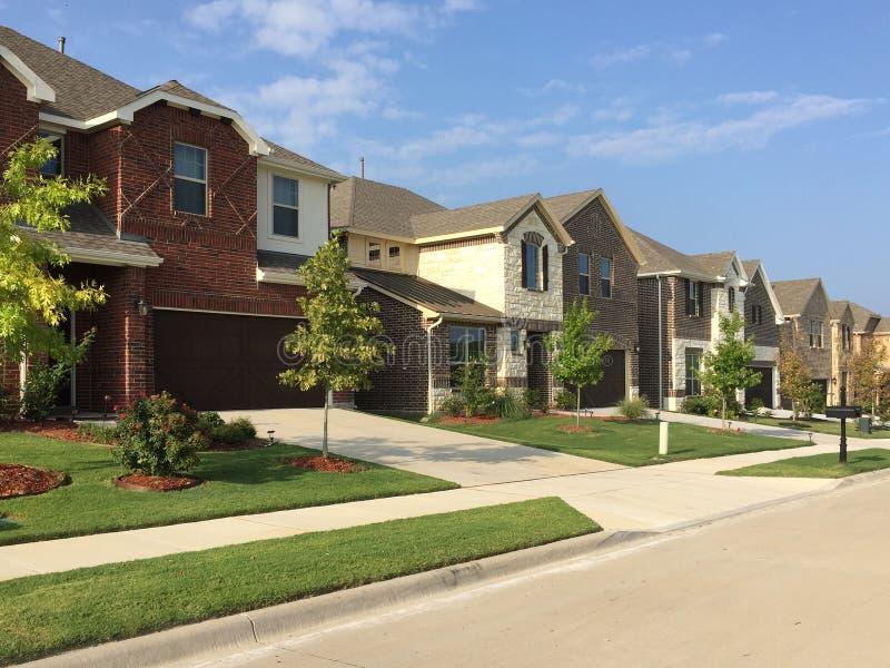 Rij van moderne huizen in platteland TX royalty-vrije stock foto