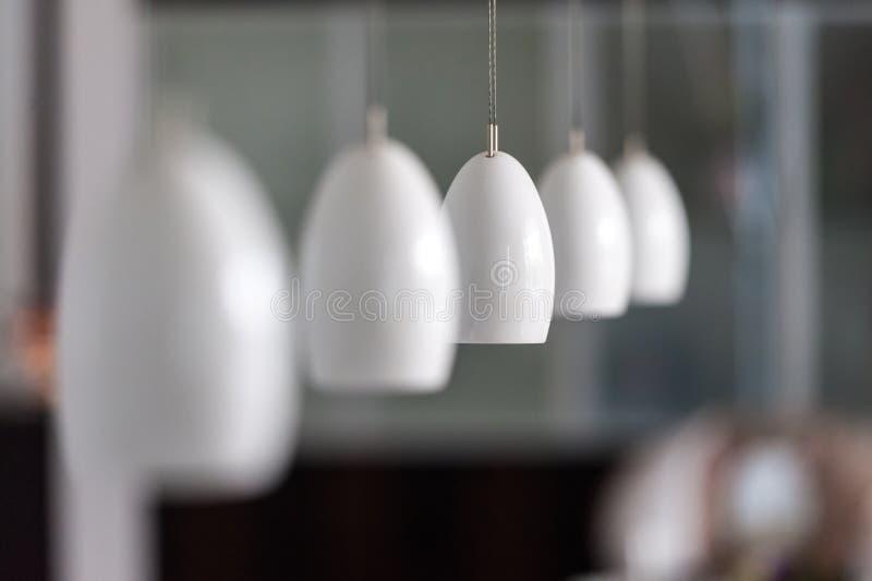 Rij van moderne lampen in binnenland stock afbeeldingen