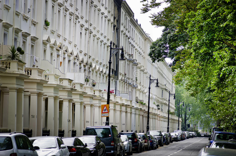 Rij van mooie witte edwardian huizen in Kensington, Londen stock fotografie
