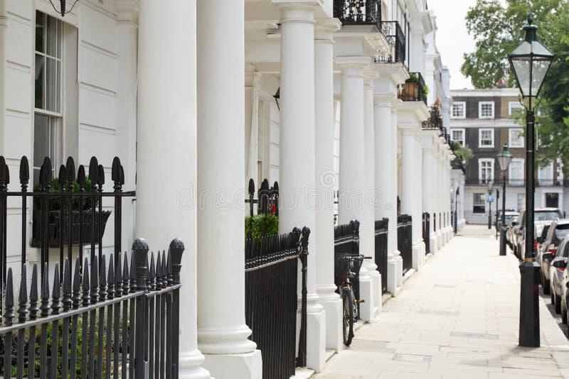 Rij van mooie witte edwardian huizen, Londen stock fotografie