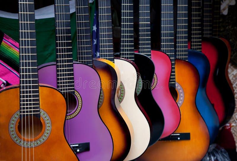 Rij van multi-colored Mexicaanse gitaren stock fotografie