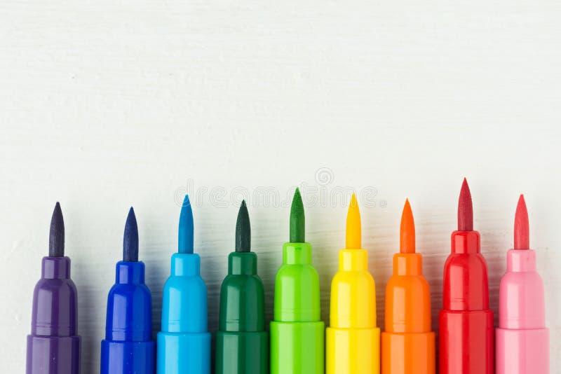 Rij van multicolored de verfborstels van het regenboogpalet op witte houten achtergrond De hobbys die van de kunstencreativiteit  royalty-vrije stock fotografie