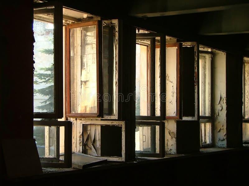 Rij van open vensters stock afbeelding