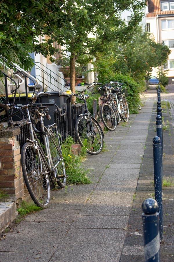 Rij van oude fietsen op stadsstraat Stadsvervoerconcept Gezond levensstijlconcept Parkerende retro fietsen stock foto