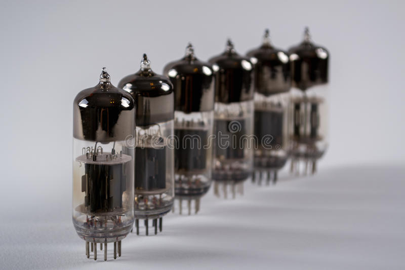 Rij van oude glas vacuüm radiobuizen Selectieve nadruk royalty-vrije stock fotografie